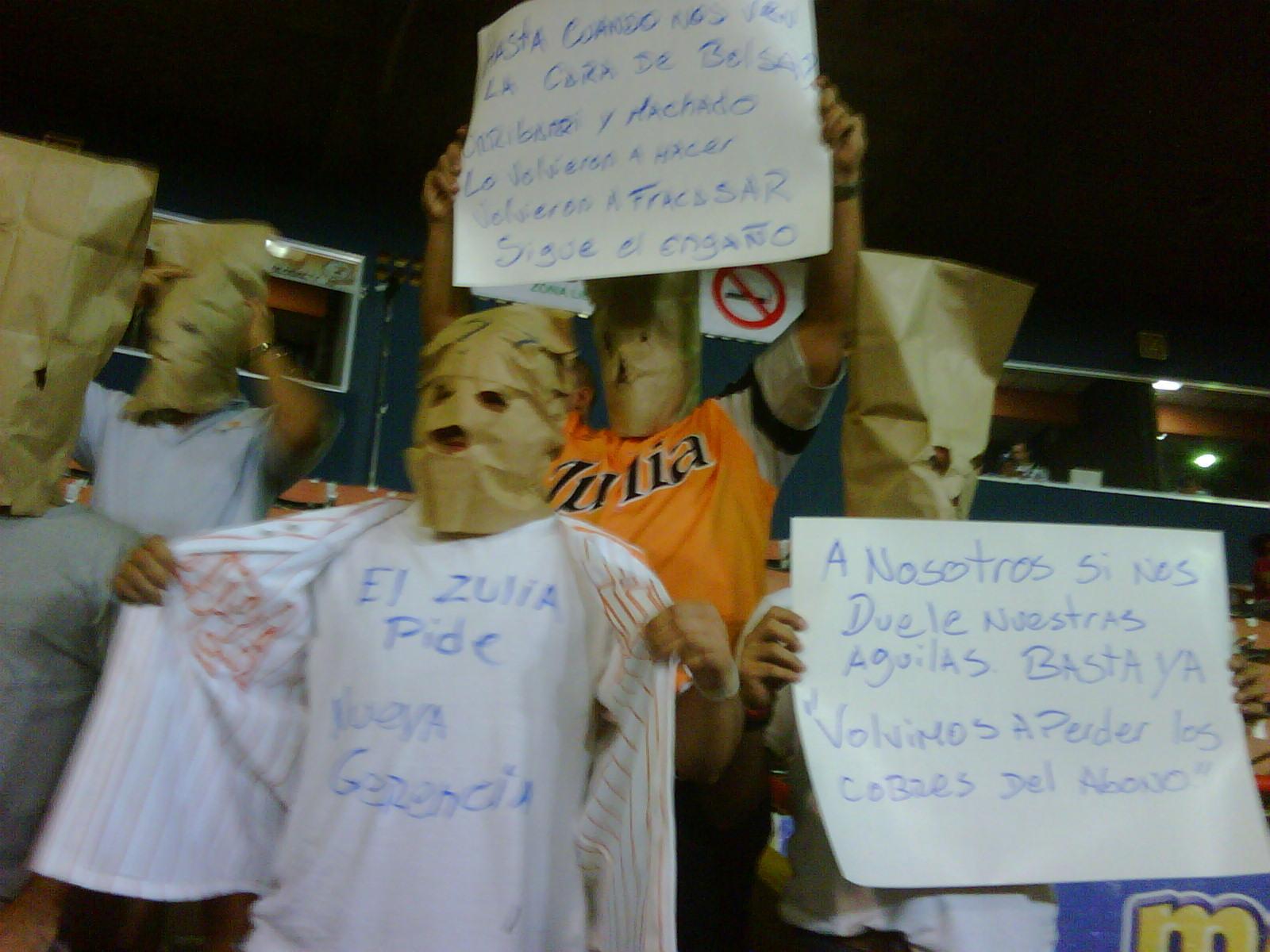 Los fanáticos se quejaron con pancartas.