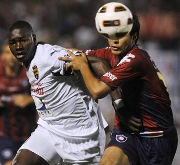 El colombiano Víctor Guazá no pudo ante la defensa paraguaya.
