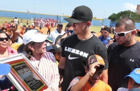 Carlos González se bajó de la camioneta a recibir la placa de manos de Eveling Trejo.
