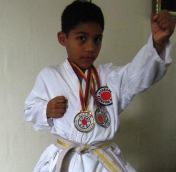 Carlos Clismastono destaca en kata y kumite.