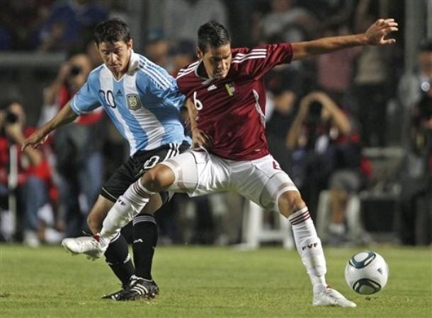 Defensores venezolanos no pudieron con los argentinos.