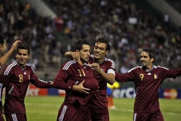 Los jugadores venezolanos celebraron el tanto.