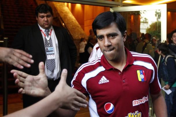 César Farías saludó a los fanáticos a las puertas del hotel en Salta.