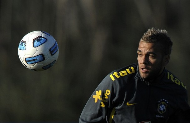 Daniel Alves será lateral derecho titular de Brasil.