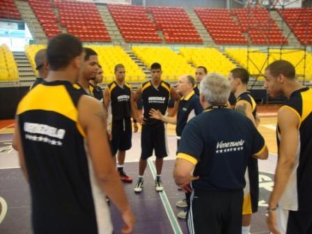Nueve jugadores practicaron en el gimnasio de Vargas.
