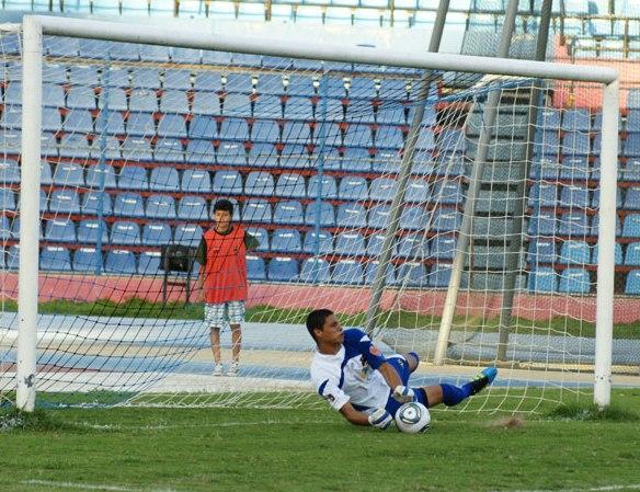 Luis Curiel le detuvo un penal al colombiano Sergio Herrera.