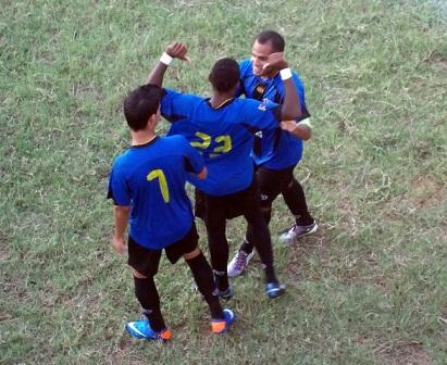 René Alarcón celebró su tanto con Portillo y Morales.