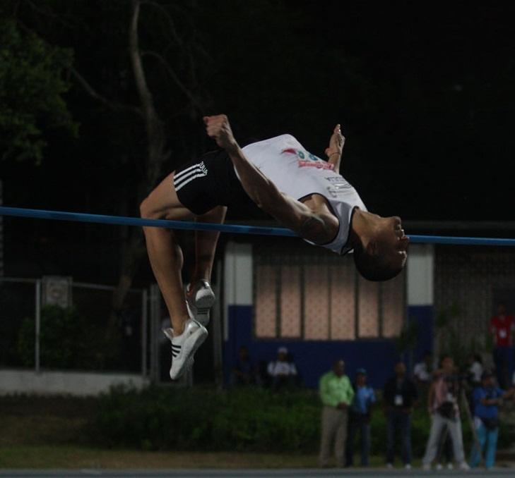 Alberth Bravo obtuvo la dorada en salto alto.