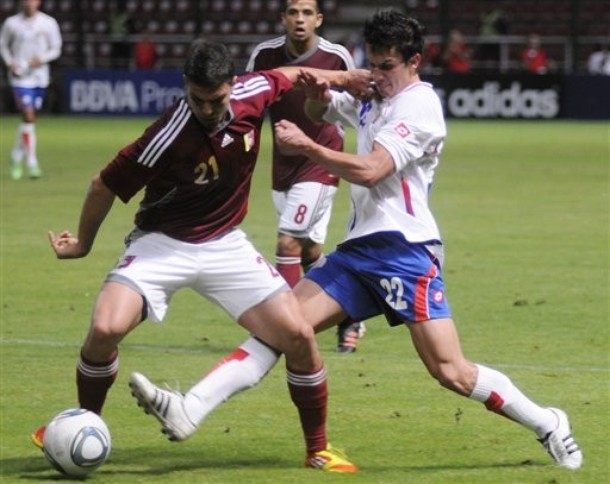 Alexander González salió lesionado del partido.