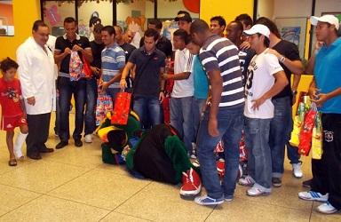 Toda la plantilla del Zulia FC compartió con los niños en el Hospital.