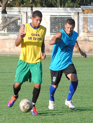 Alejandro Araus (Der.) es uno de los volantes de primera línea del Zulia FC.