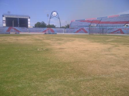 Toda el césped del estadio marabino está amarillo.