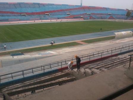 Los trabajadores están removiendo parte de la tribuna principal.