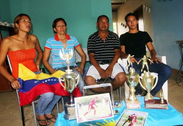 La familia de Andrés Ponce, sus padres y hermanos. Foto: Panorama.