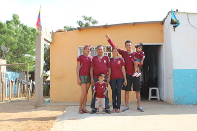 La familia lució de vinotinto en su humilde residencia. Foto: La Verdad