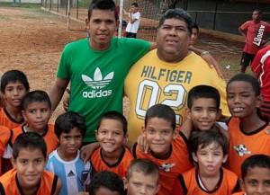 """Andrés Ponce junto con """"Lucas"""", su primer entrenador. Foto: La Verdad"""