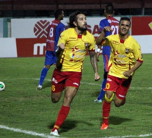 Néstor Bareiro celebró uno de sus goles con el zuliano Gustavo Rojas. Foto: Prensa Aragua FC.