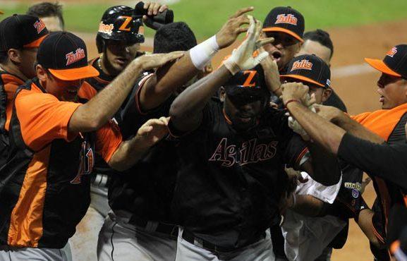 José Pirela celebra con sus compañeros el jonrón que le dio el triunfo a Águilas.