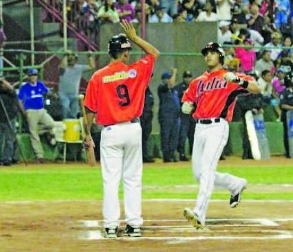 José Flores conectó jonrón ante Magallanes.