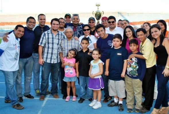 Tras el partido se hizo entrega de la Copa Gustavo Pérez. El equipo de Alianza se la regaló a sus familiares, que estuvieron acompañados de amigos y colegas.