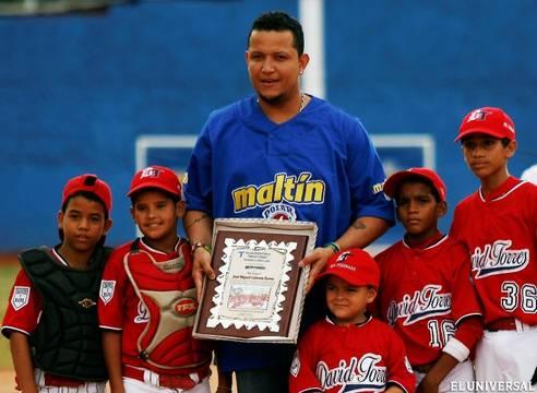 Miguel Cabrera compartió con los niños en Maracay. Foto: El Universal.