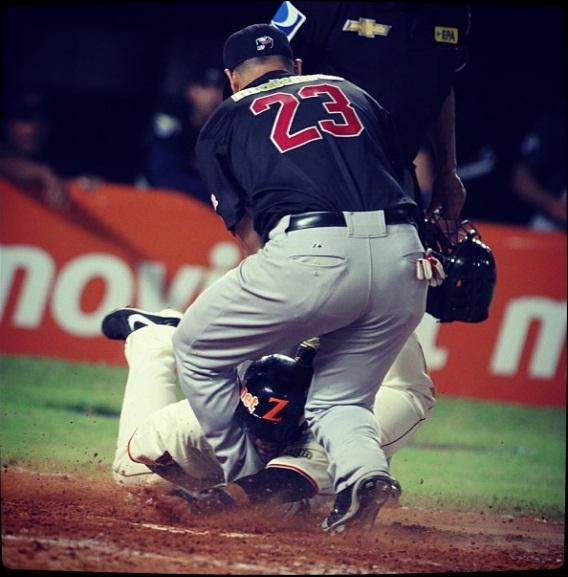 Esta fue la jugada polémica. Se aprecia la acción de Héctor Gimenez bloqueando a Alí Castillo. Foto: Luis Bravo/Panorama tomada del Instagram de @ACardenas13