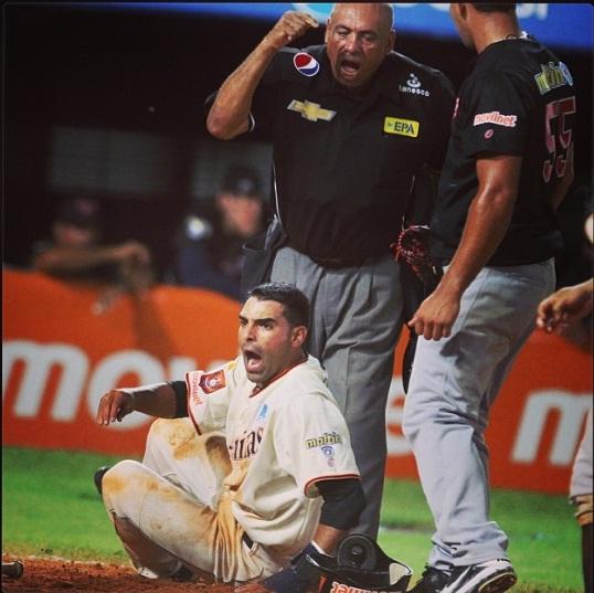 Aquí se aprecia Henry León sentenciando el out y la reacción de Castillo. Foto: Luis Bravo/Panorama Tomada del Instagram de @ACardenas13