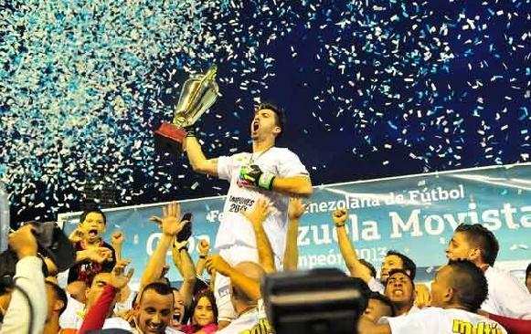 Alain Baroja, capitán del rojo, levantó la Copa de campeón. Foto: Meridiano.