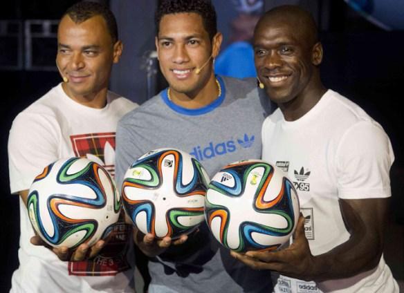 El exastro Cafú y los jugadores Seedorf y Hernane, del Botafogo y Flamengo, presentaron el balón.