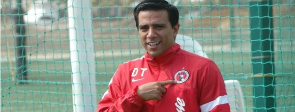 César Farías ya posó con la indumentaria de su nuevo equipo.
