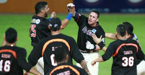 Juan Carlos Linares dio el hit de dejar en el terreno a Lara. Fotos: AVS