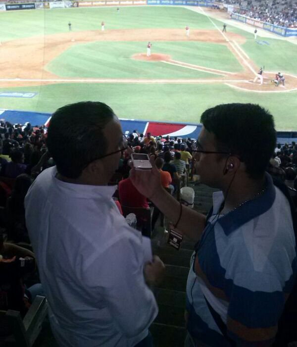 Ruperto Machado entrevistado en el programa Sillas Numeradas durante el juego de este viernes. Foto: Gabriel Chávez.