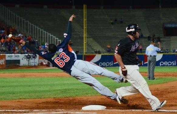 La intensidad del juego se vivió al máximo en el Luis Aparicio. Foto: AVS