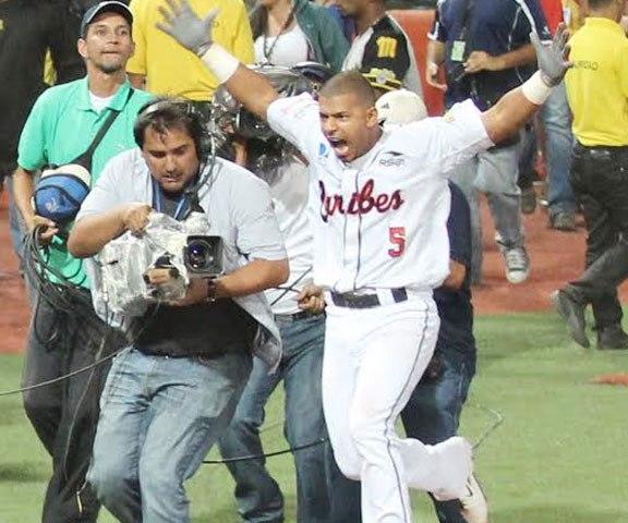 Escobar celebró el triunfo de Caribes en Puerto La Cruz.
