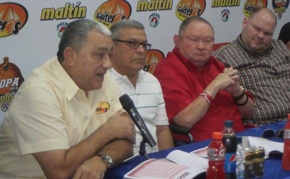 Flor Meléndez, DT de Gaiteros, junto con los directivos. Fotos: Prensa Gaiteros
