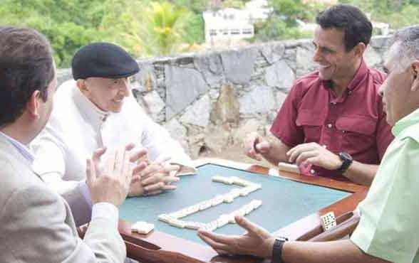 Al Tío Simón le encantaba el dominó. Aquí en una partida en el 2011.