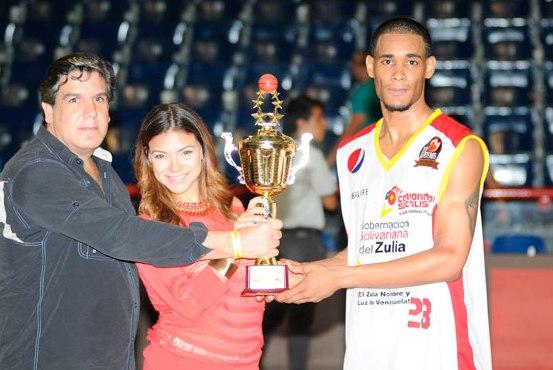 Víctor Liz recibió la copa dedicada al ganador del juego. Foto: El Siglo
