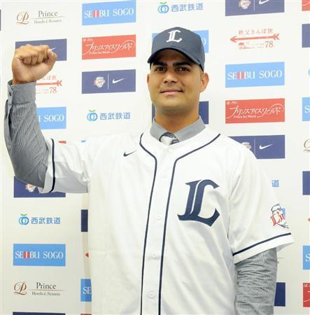 Ernesto Mejía ya luce el uniforme de Seibú.