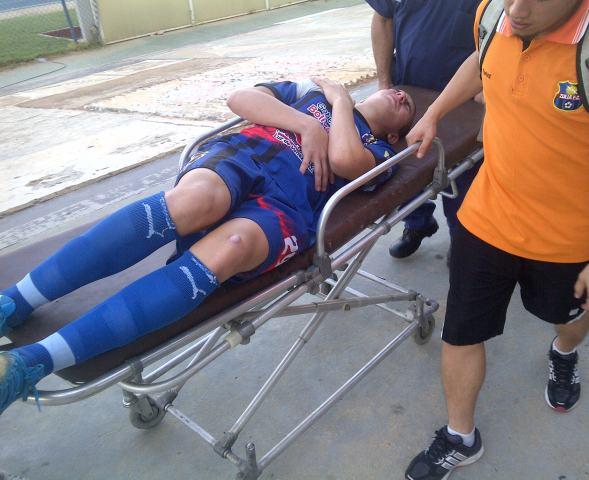 El juvenil Jonathan Plata debutó y salió lesionado. Tuvo que esperar que llegara la ambulancia para ser atendido.