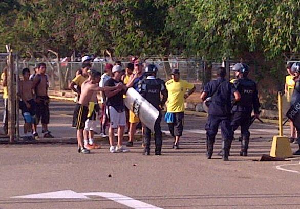 Hubo problemas entre fanáticos y policías.